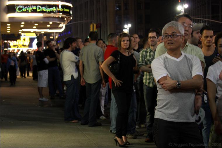 Перед входом в один из Бродвейских театров
